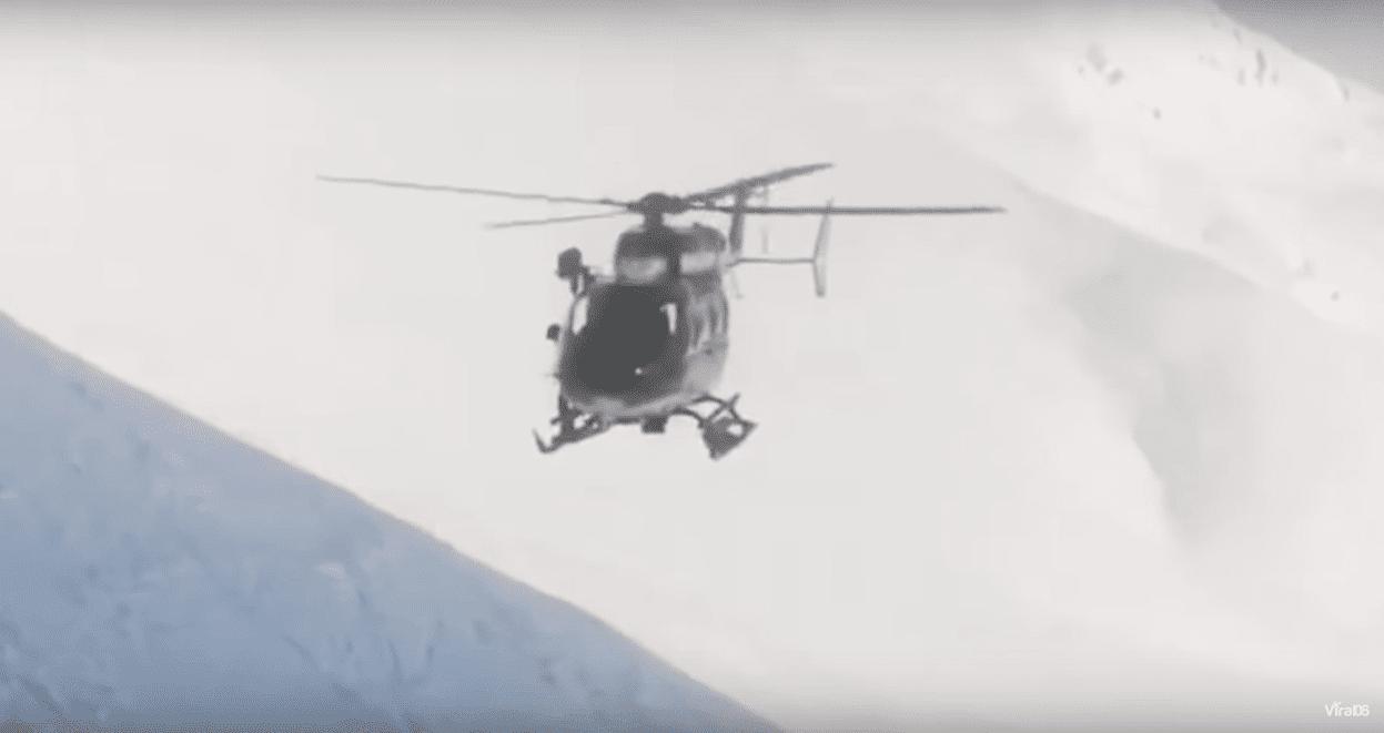 Un hélicoptère de la Gendarmerie Française lors du sauvetage d'un skieur dans Chamonix | Youtube/Viral06