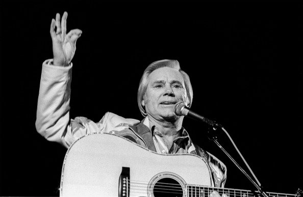 American country music star George Jones (1931-2013) performs at Tramps, New York, New York, Thursday, November 12, 1992. | Photo: Getty Images