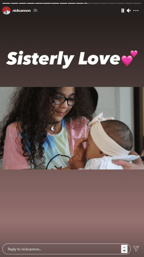 Nick Cannon's daughter Monroe cuddling her little sister. | Photo: Instagram/@nickcannon