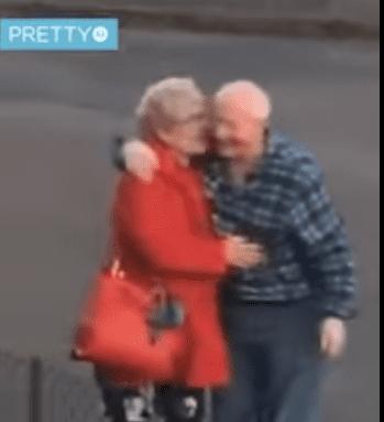 Un homme âgé avec sa femme.   Photo : Facebook/Pretty 52