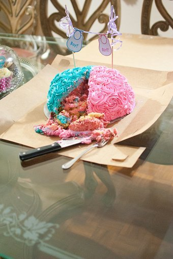 A gender reveal cake for an expecting couple | Photo: Getty Images