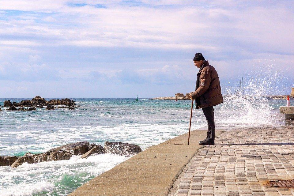 Un vieil homme avec une canne au bord de la mer | photo : Pixabay