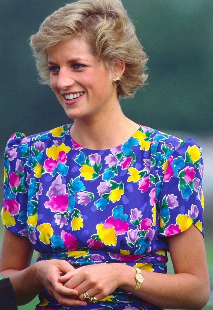Princess Diana wearing a signet ring and other rings while at a Polo aatch on June 29, 1988 | Photo: Getty Images