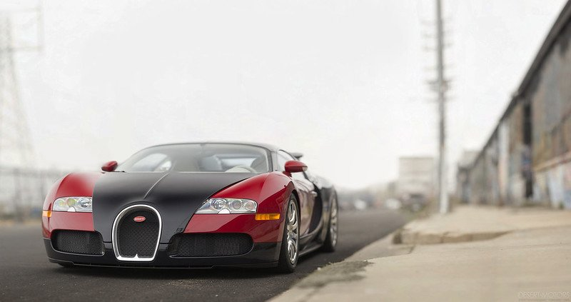 A picture of a red 2006 Bugatti Veyron. | Photo: Flickr