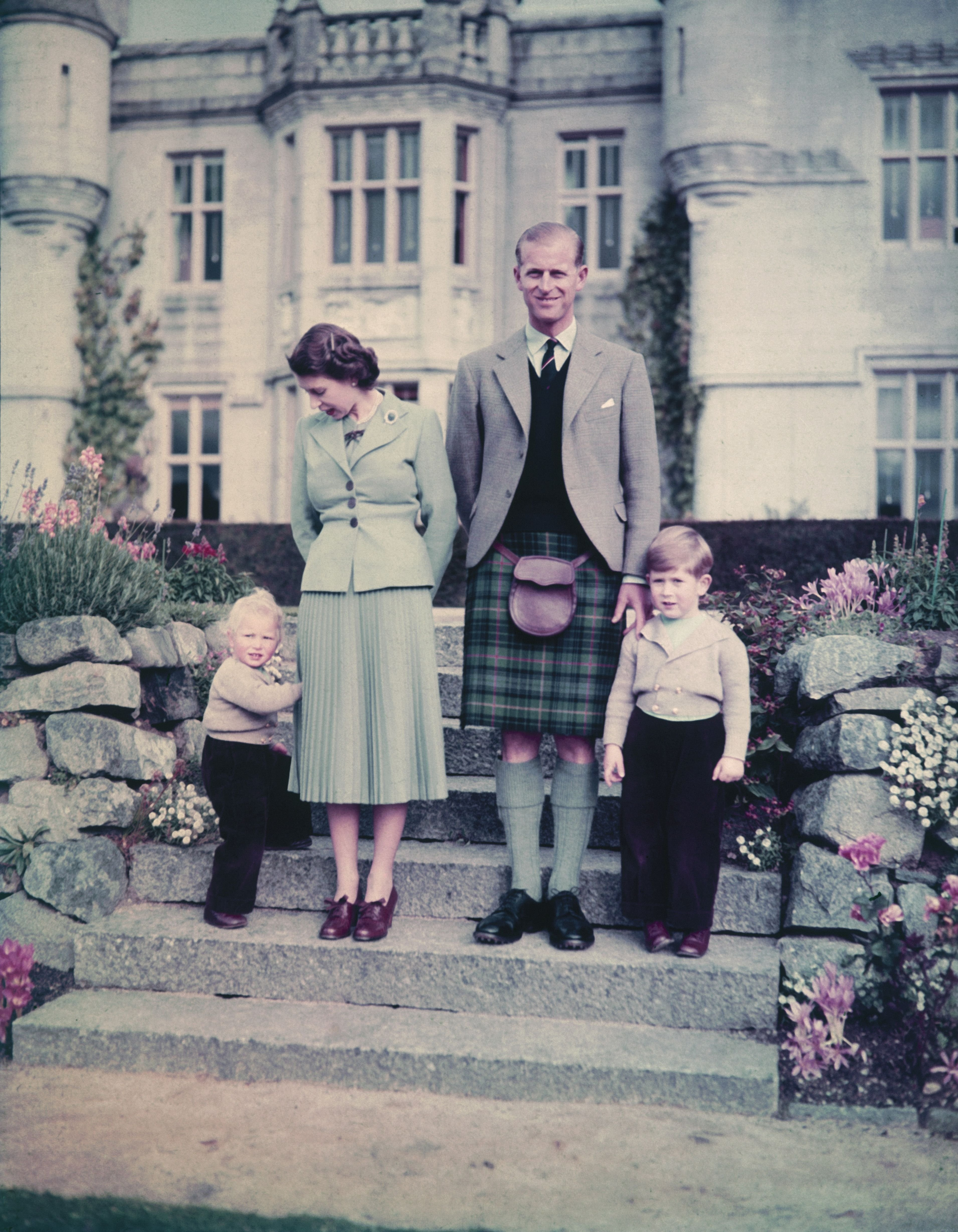 Queen Elizabeth II and The Prince Philip with Princess Anne and Prince Charles outside Balmoral Castle, 19th September 1952. | Photo: Getty Images