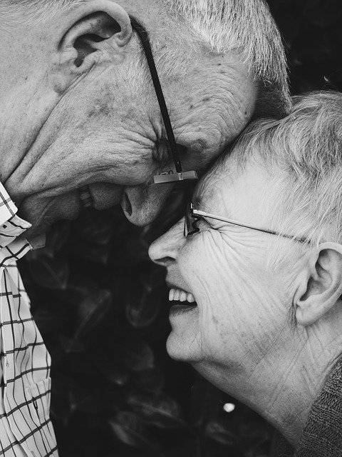 Older couple rest their foreheads to each other while smiling | Photo: Pixabay