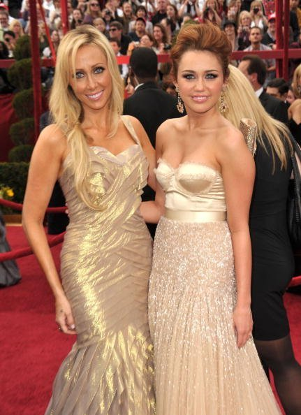 inger Miley Cyrus (R) and mother Tish Cyrus arrive at the 82nd Annual Academy Awards held at the Kodak Theatre on March 7, 2010, in Hollywood, California. | Source: Getty Images.