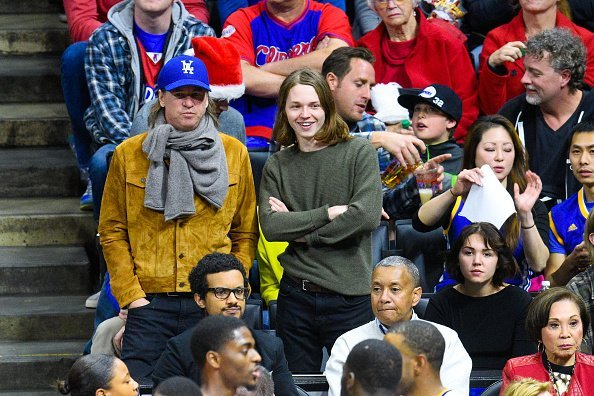 Val Kilmer, Jack Kilmer and Mercedes Kilmer attend a basketball game on Christmas between the Golden State Warriors and the Los Angeles Clippers in Los Angeles, California.| Photo: Getty Images.