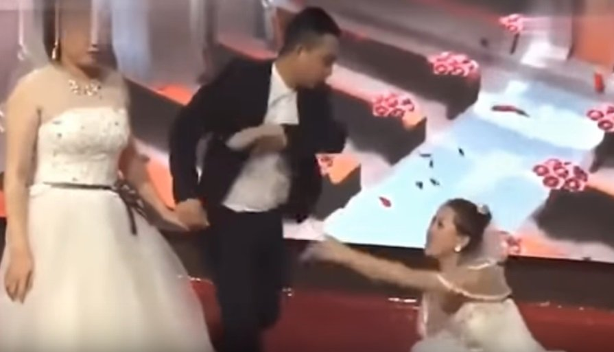 Novia suplica de rodillas a su ex en plena boda. | Foto: YouTube/The AIO Entertaiment