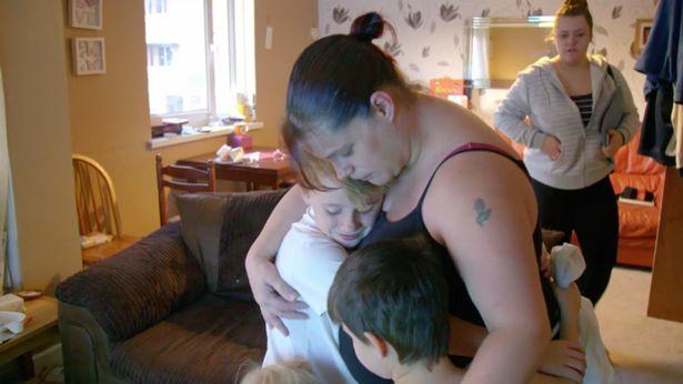 La mère serre ses enfants dans ses bras. l Source: Channel 5