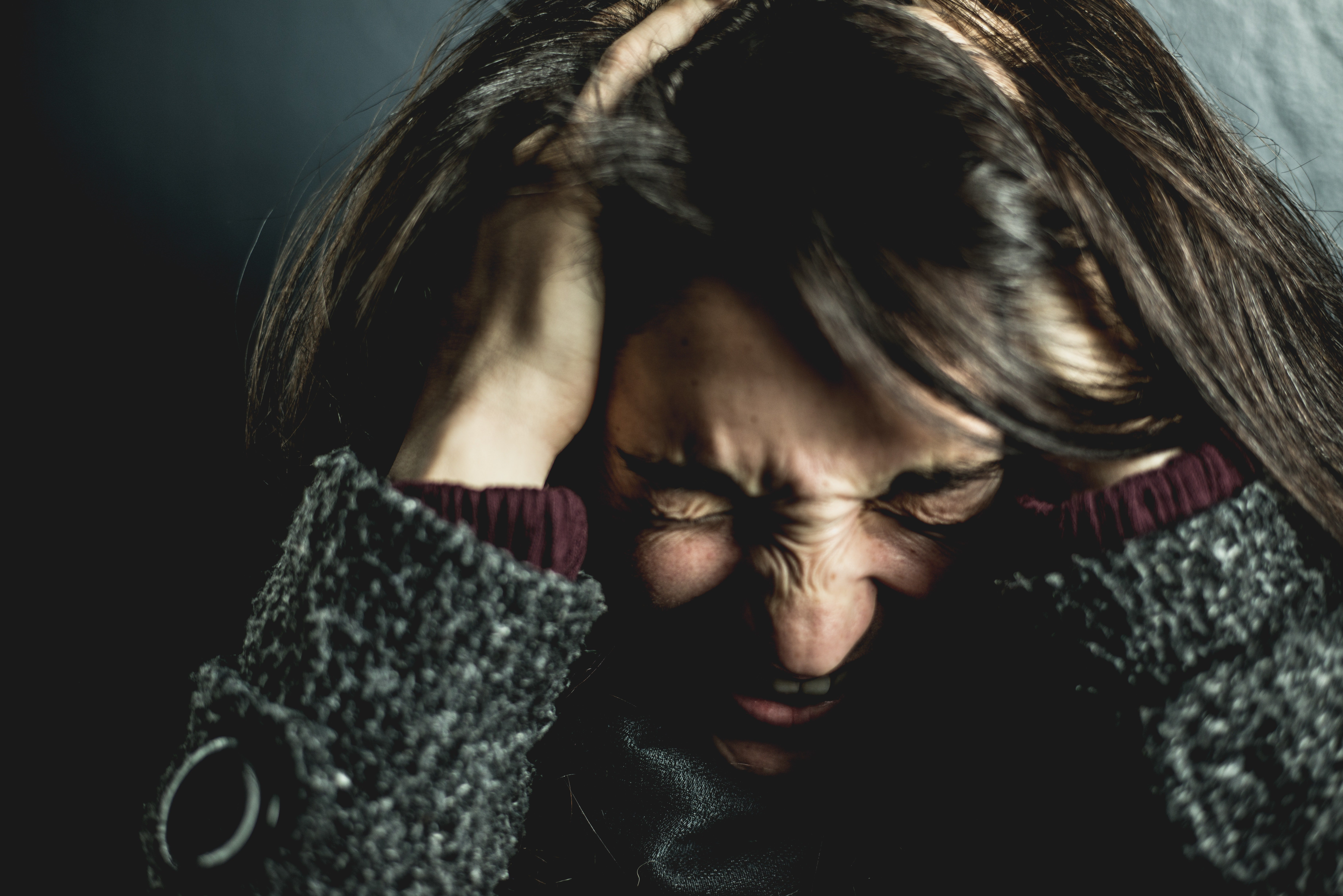 Angry woman holding her head | Photo: Pexels