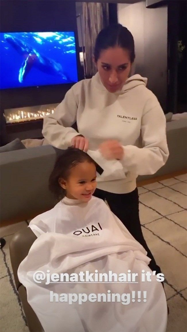 Jen Atkin styling Chrissy Teigen's daughter's hair | Photo : instagram/chrissyteigen/