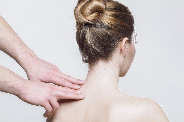 Masaje en la espalda y hombros. Fuente: Pixabay