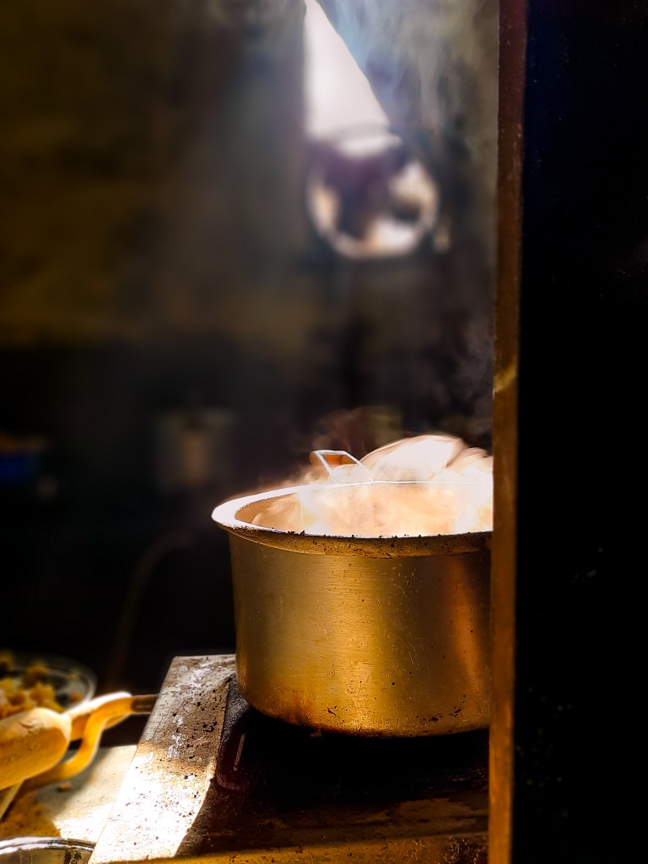 Pictured - A copper pot placed on an old fashioned cooker | Source: Pexels