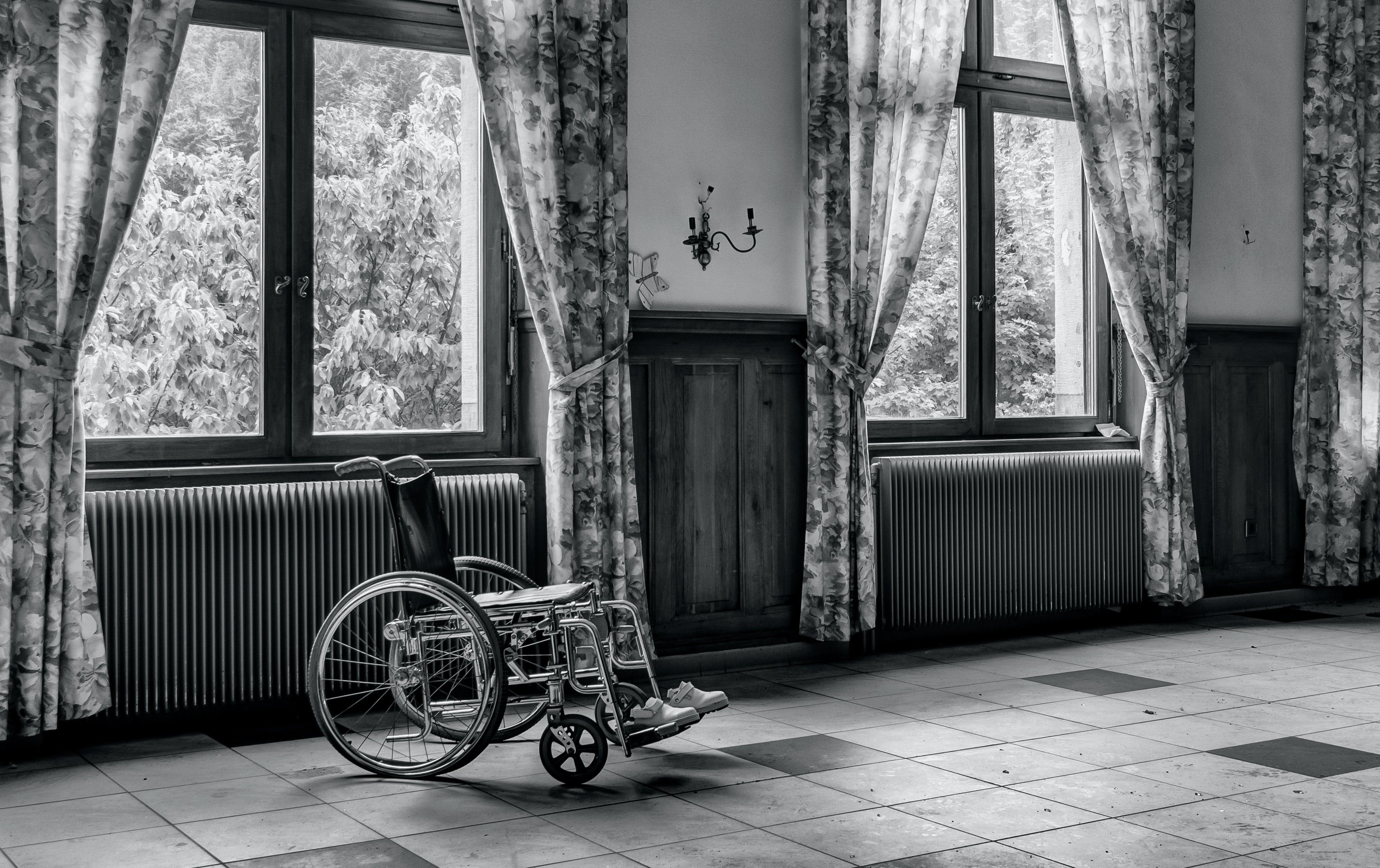 A wheelchair in a bedroom | Photo: Pexels