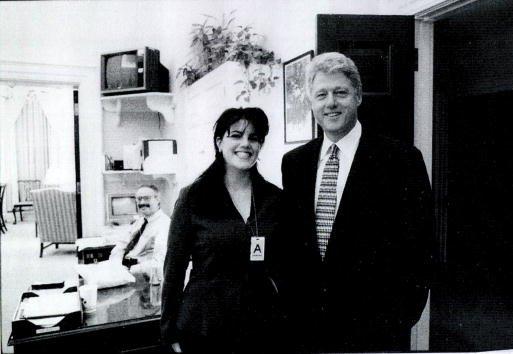 Una fotografía que muestra a la ex pasante de la Casa Blanca, Monica Lewinsky, reuniéndose con el presidente Bill Clinton en una función de la Casa Blanca presentada como evidencia en documentos de la investigación de Starr y divulgada por el comité judicial de la Cámara el 21 de septiembre de 1998. | Fuente: Getty Images