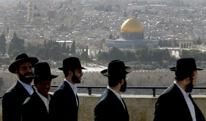 Israelíes ortodoxos observan el Domo de la Roca || Fuente: Getty Images