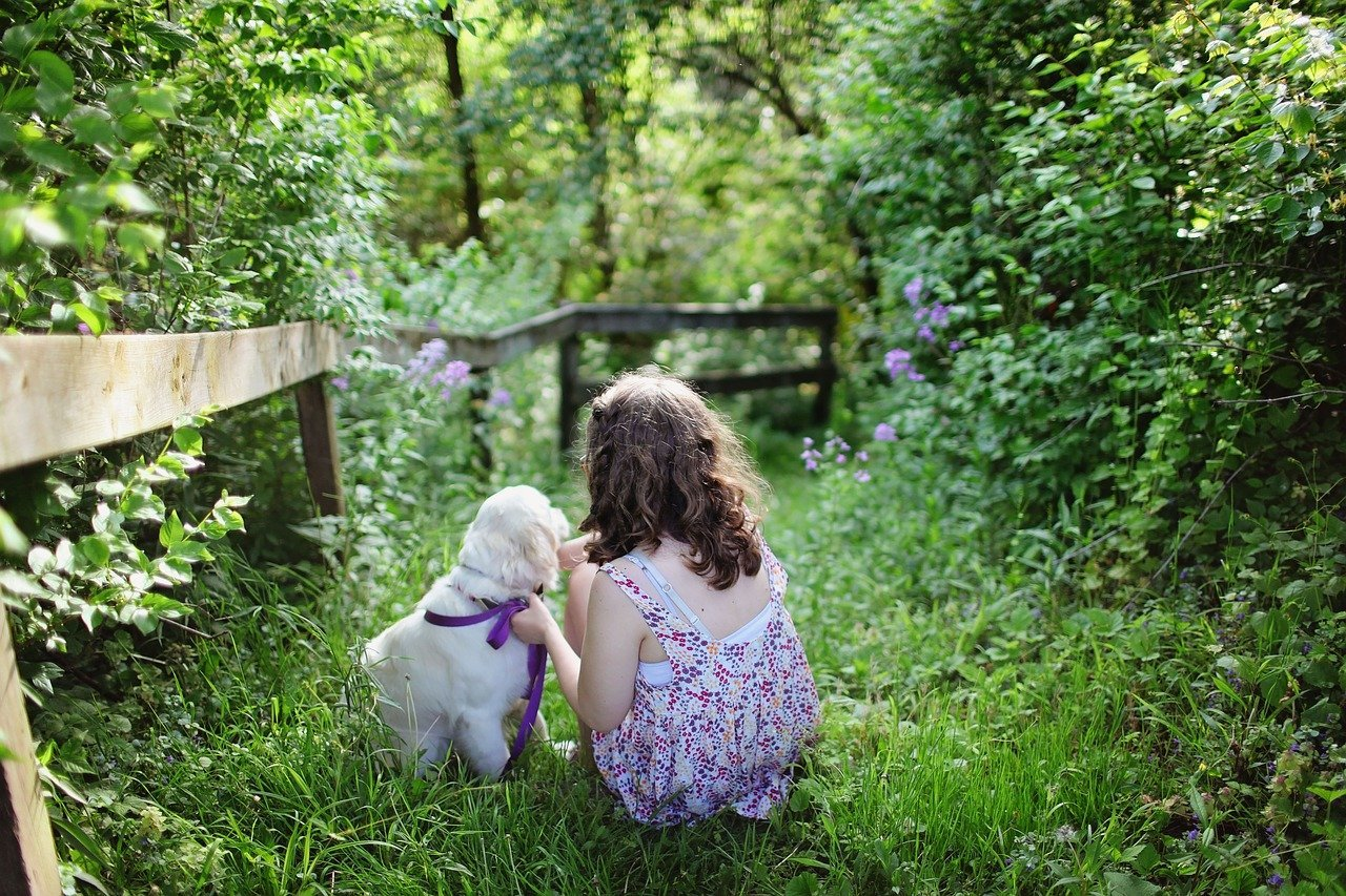 A puppy and a little girl. Photo: Pixabay
