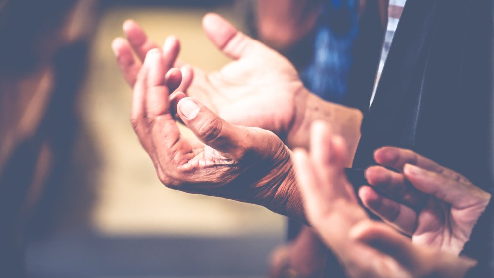 Personas rezando.| Fuente: Shutterstock