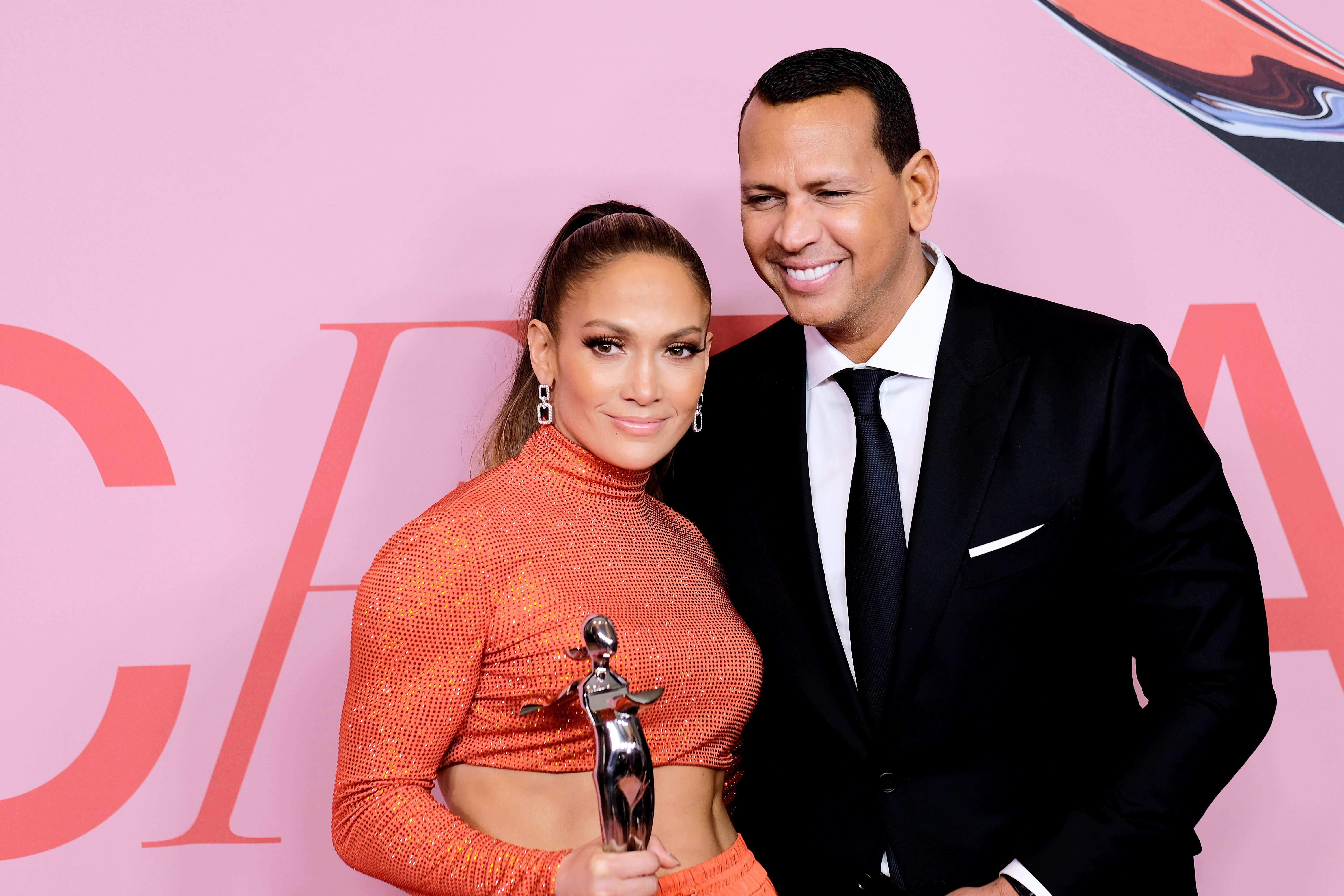 Jennifer Lopez poses with the Fashion Icon Award and Alex Rodriguez during Winners Walk during the CFDA Fashion Awards on June 03, 2019, in New York City. | Source: Getty Images.