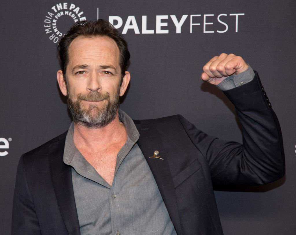 Luke Perry lance un poing en l'air alors qu'il arrive pour le PaleyFest 2018 au Dolby Theatre le 25 mars 2018 à Hollywood, Californie | Source : Getty Images (Photo de Gabriel Olsen/FilmMagic)