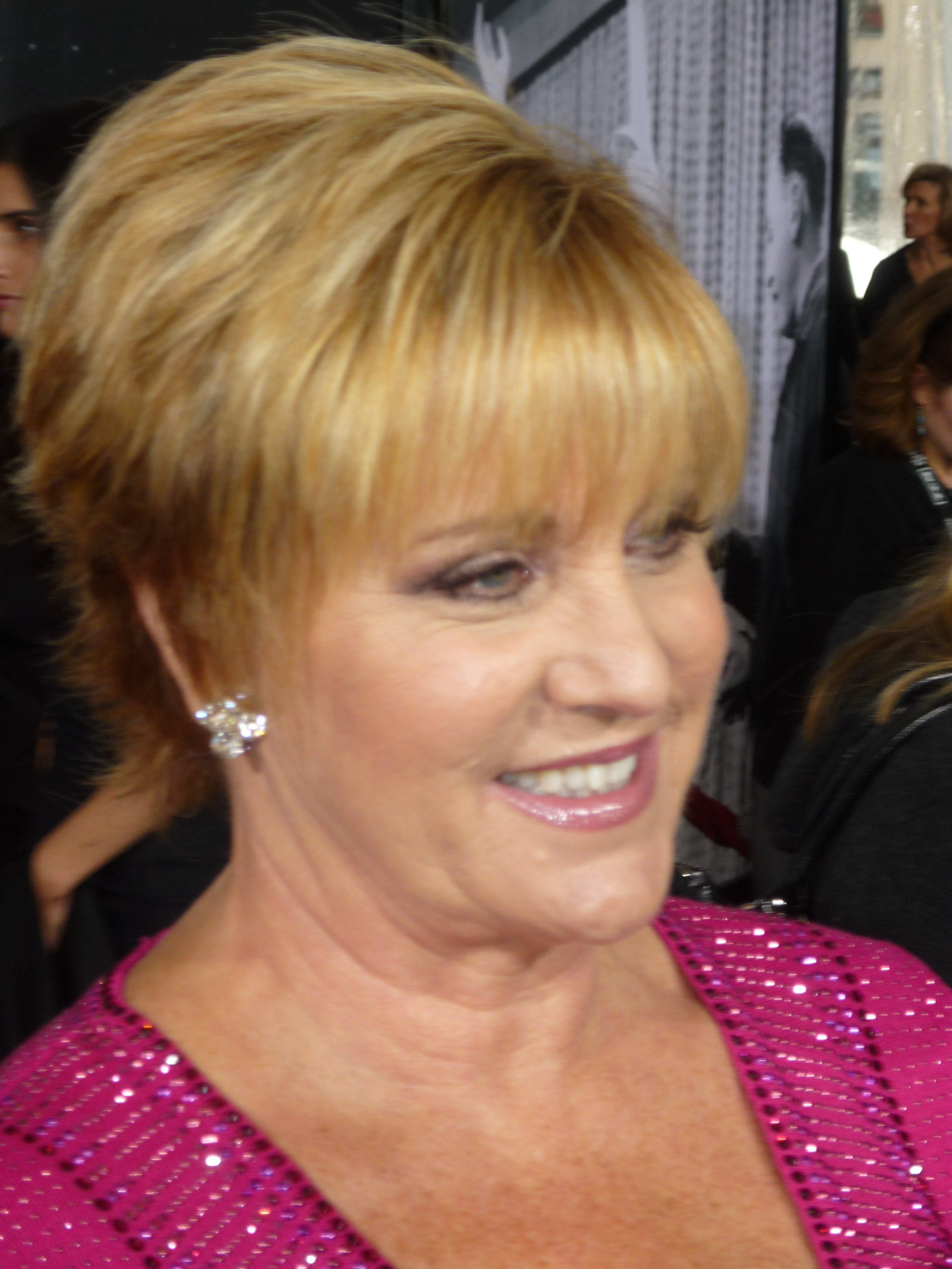 Lorna Luft speaking to media personnel in May 2010 | Source: Wikimedia Commons
