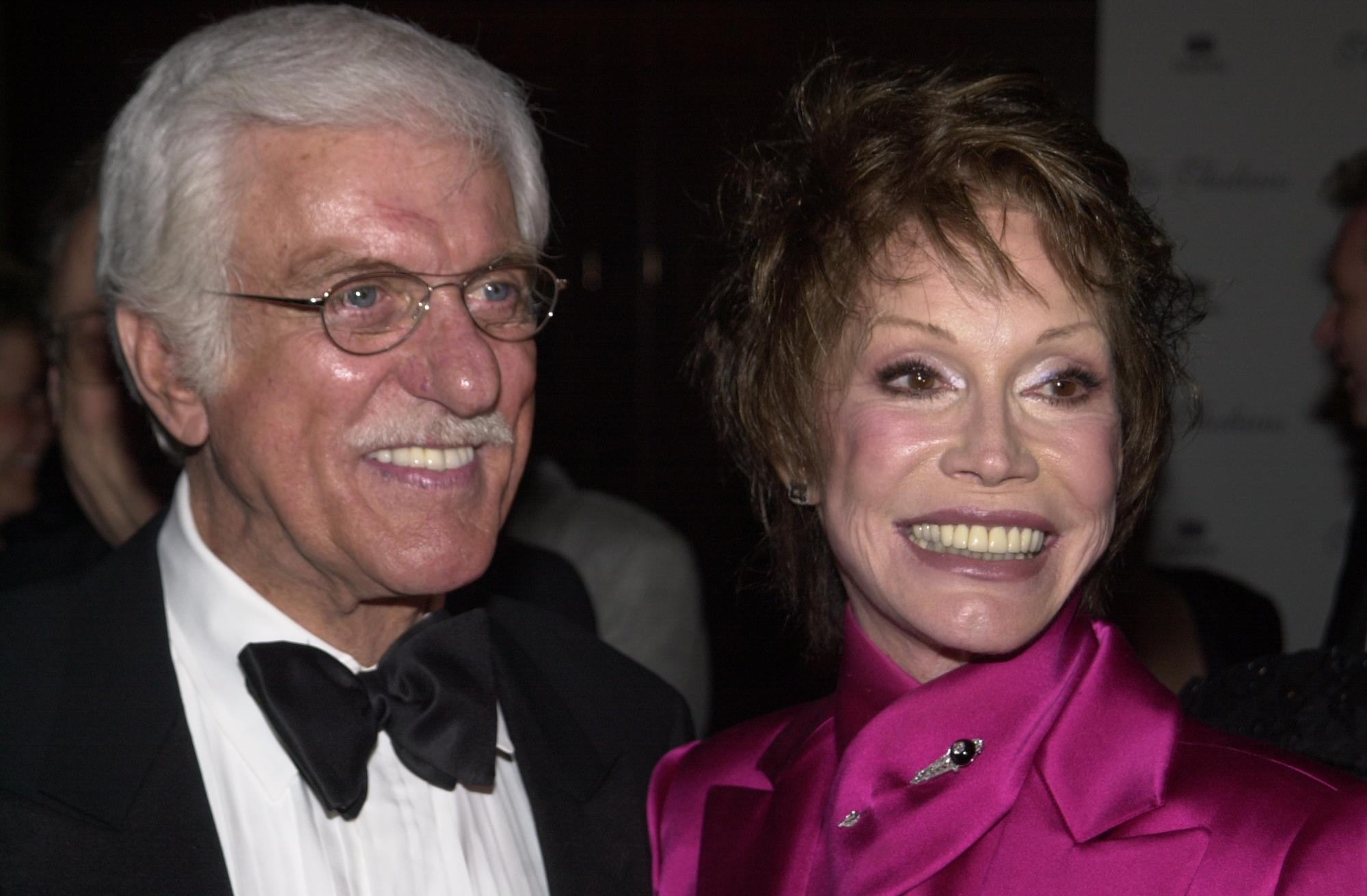 Dick Van Dyke and Mary Tyler Moore on October 7, 2000 in Century City, California | Photo: Getty Images