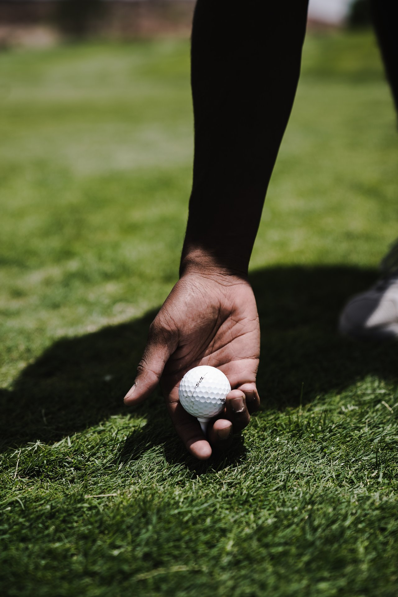 Holding that golf ball | Source: Pexels