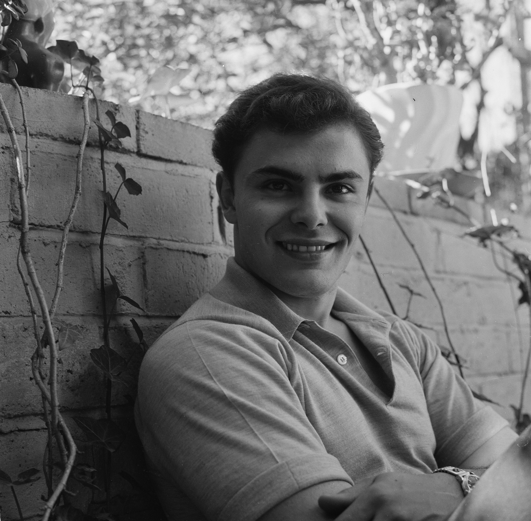 John Saxon poses at home in Los Angeles, California, in 1957. | Source: Getty Images.