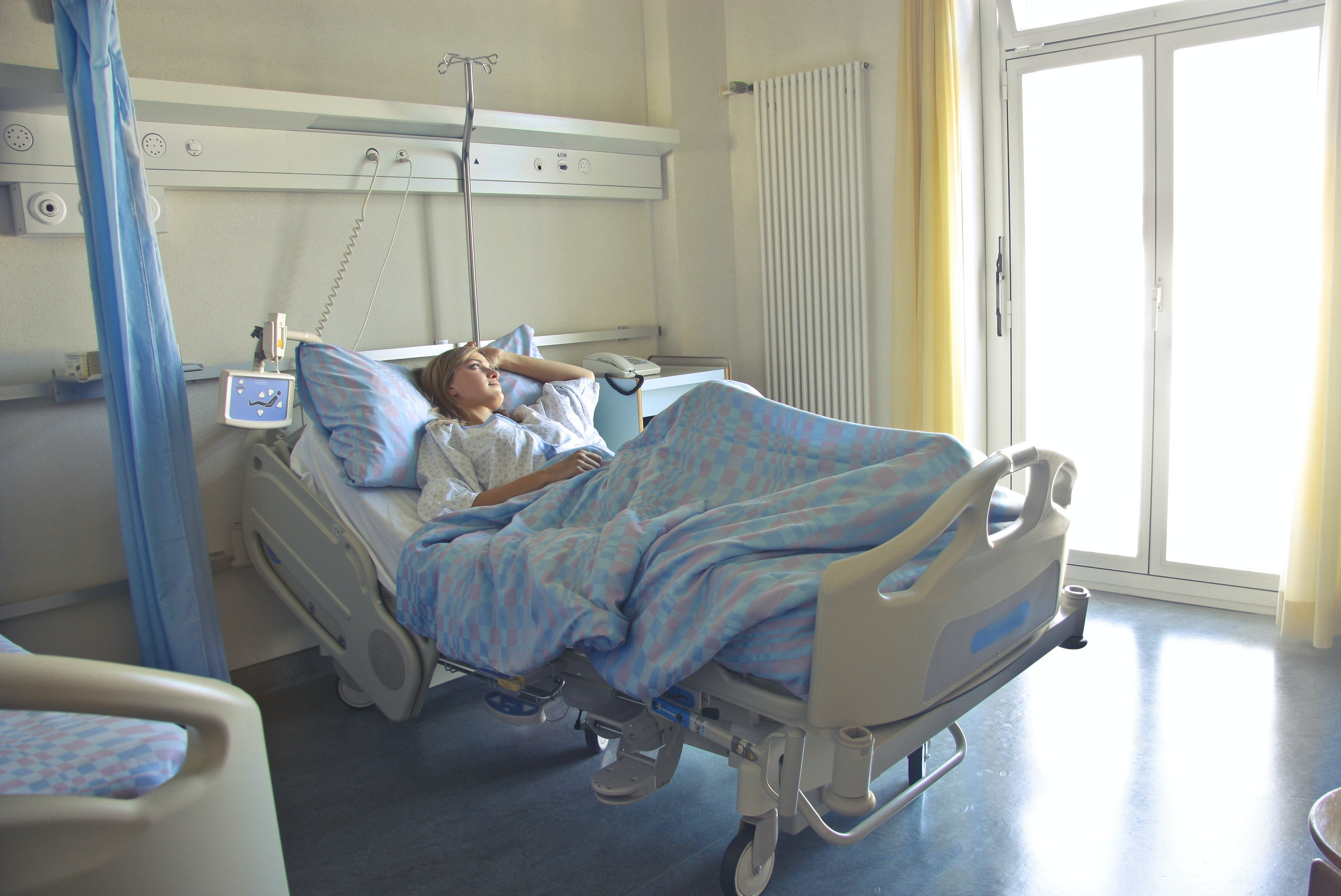 A woman on a hospital bed. | Photo: Pexels