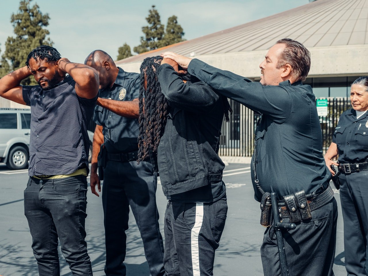 Police officers making an arrest | Photo: Pexels
