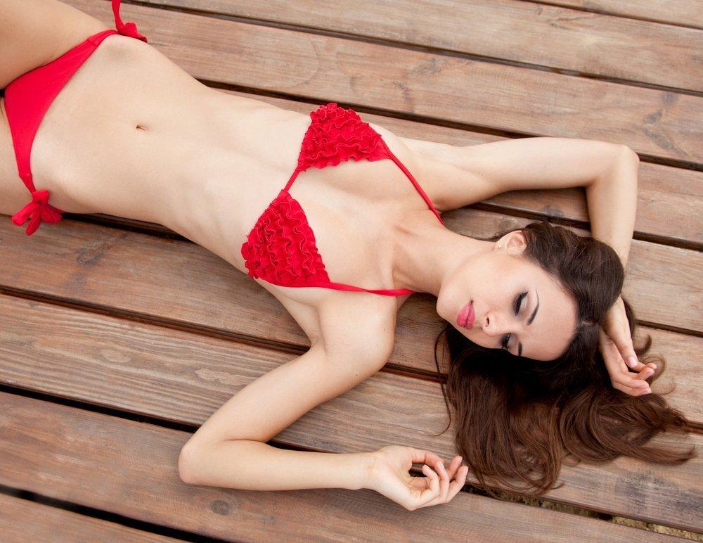 Frau im roten Bikini | Quelle: Shutterstock