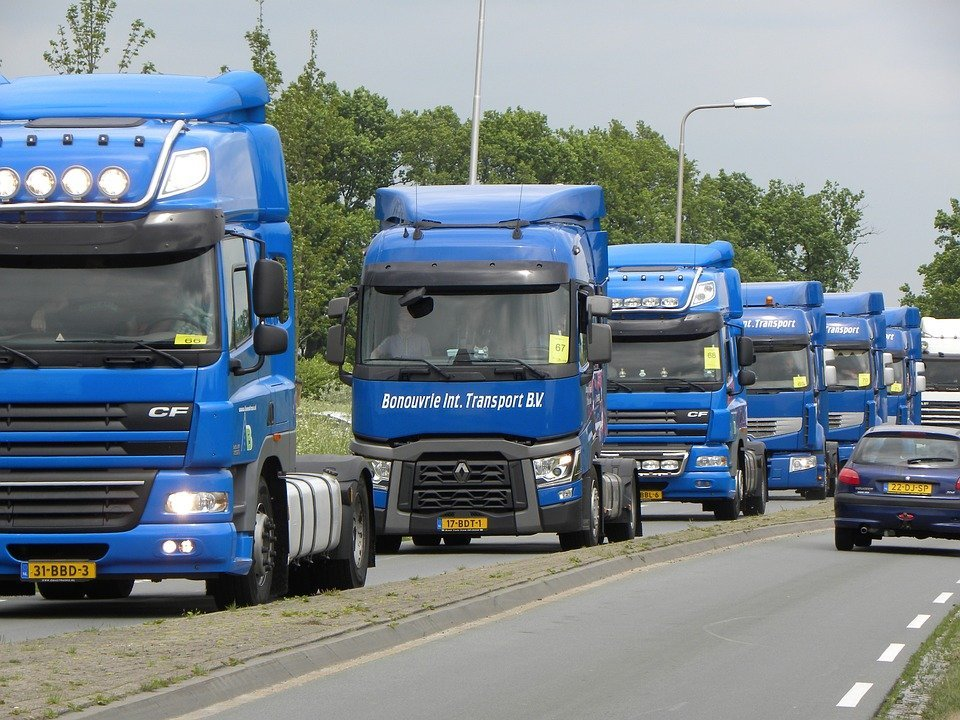 Plusieurs camions. | Photo : Pixabay