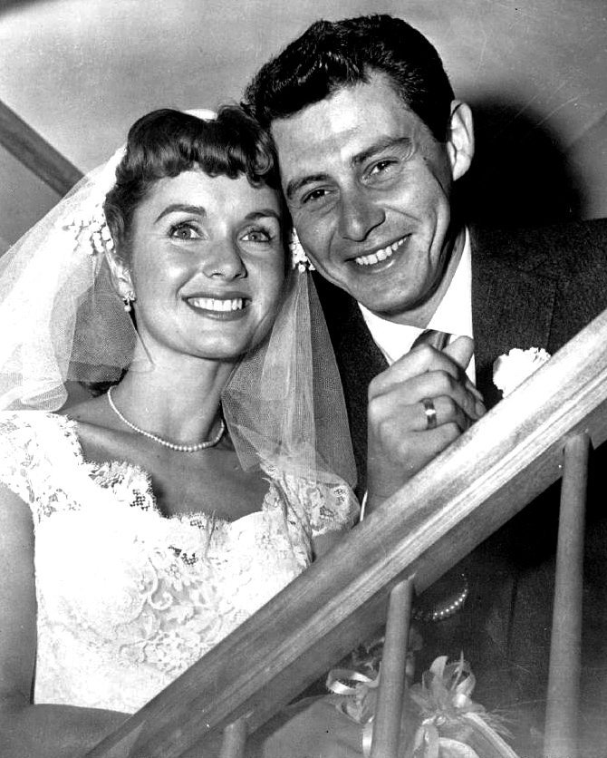 Debbie Reynolds and Eddie Fisher in 1955 on their wedding day | Photo: Wikipedia/AP