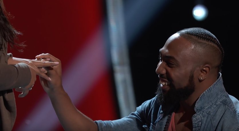 "Denton Arnell proposes his girlfriend on stage of ""The Voice"". 