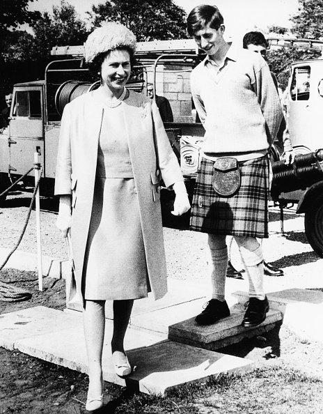 La reina Elizabeth II y el príncipe Charles durante una visita a la escuela Gordonstoun, donde abrió su nuevo centro deportivo, Escocia, el 24 de julio de 1967.   Fuente: Getty Images