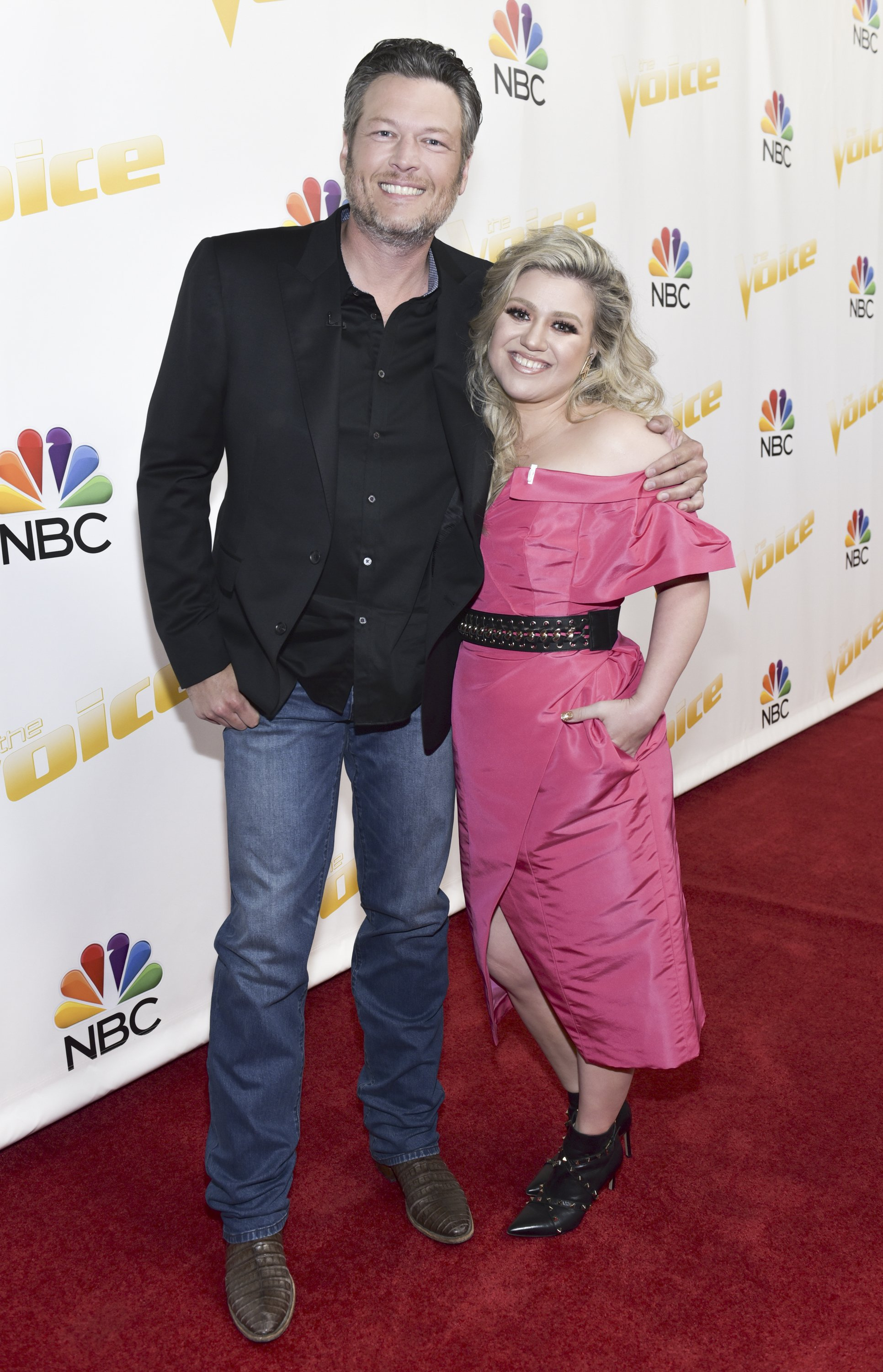 Blake Shelton and Kelly Clarkson posing for the cameras | Photo: Getty Images