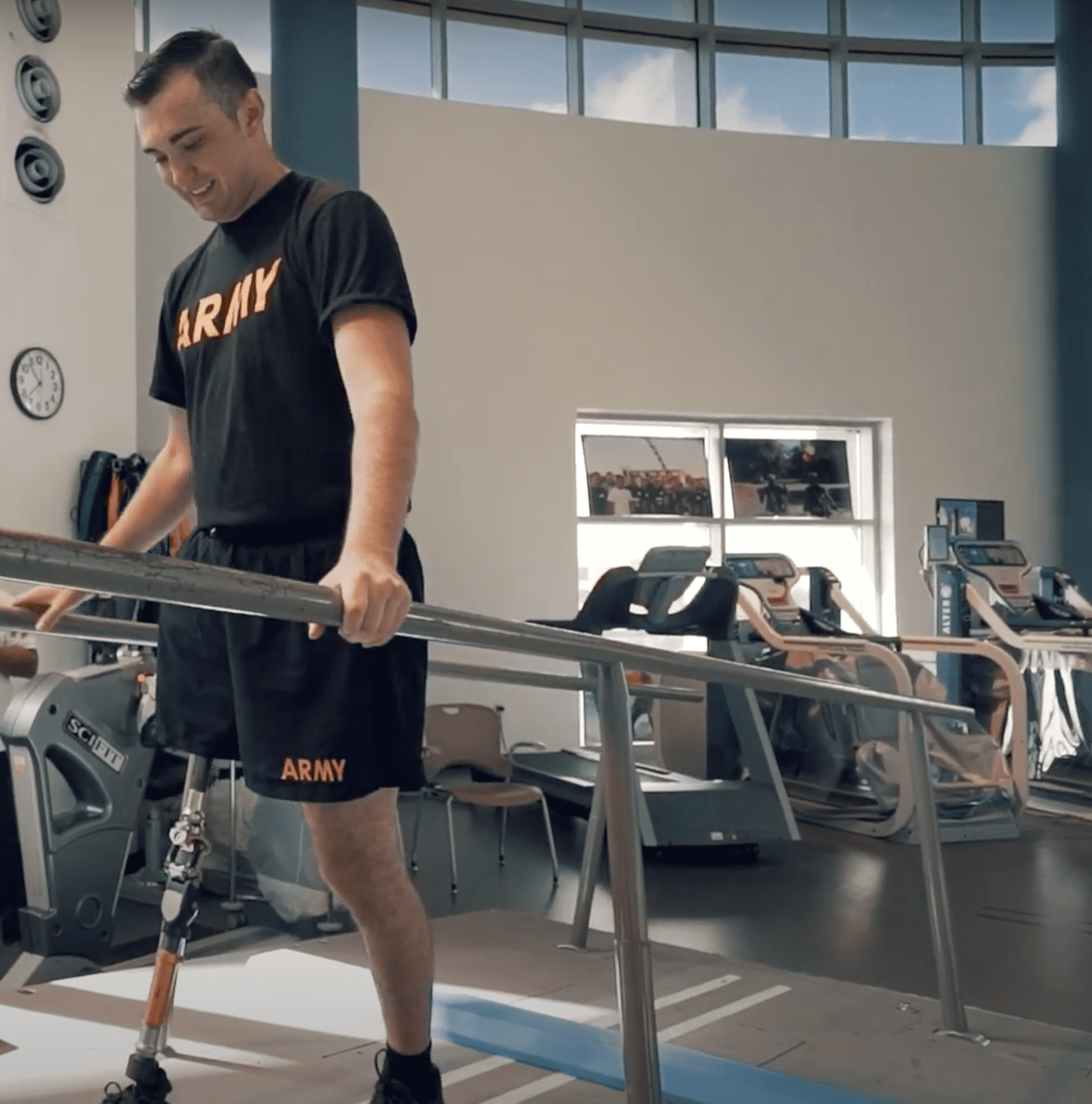 Solider who lost his leg while saving his crew is in the process of rehabilitation for his injuries | Photo: Youtube/Brooke Army Medical Center
