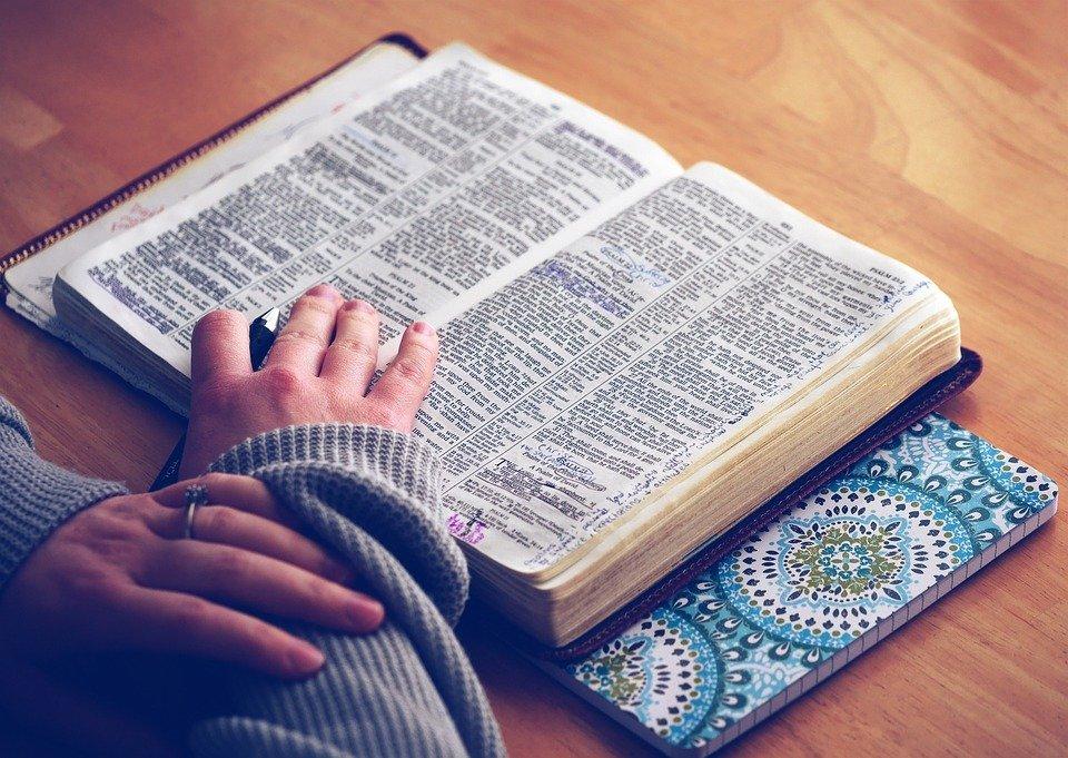 Une femme étudiant la Bible. l Photo : Pixabay