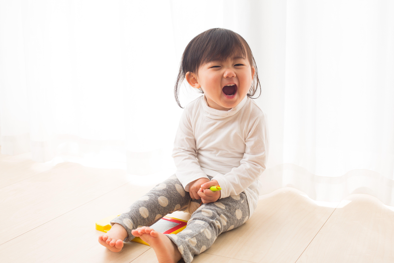 La fille sourit. Source : Shutterstock