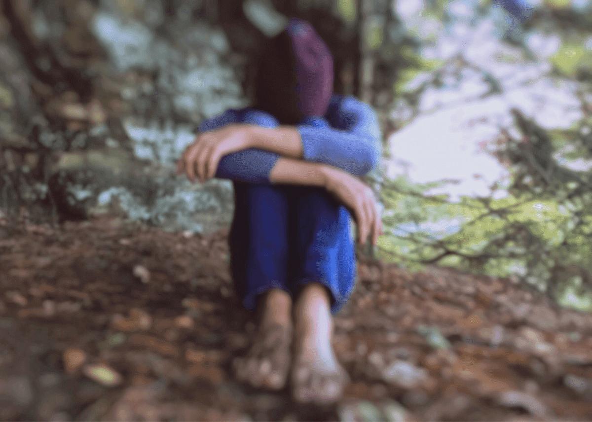 Junge vergräbt Kopf in den Armen | Quelle: PxHere