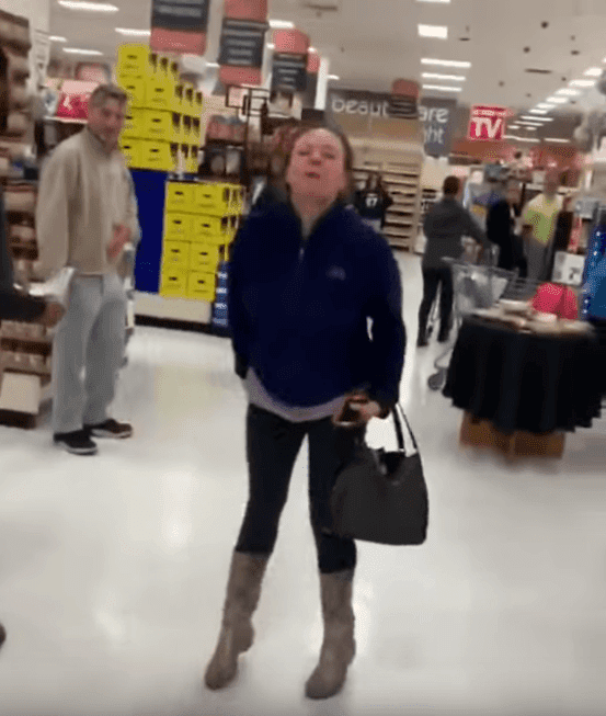 Mujer blanca es captada atacando a pareja de raza negra en un supermercado ShopRite. | Imagen: YouTube/JustRandomStuff