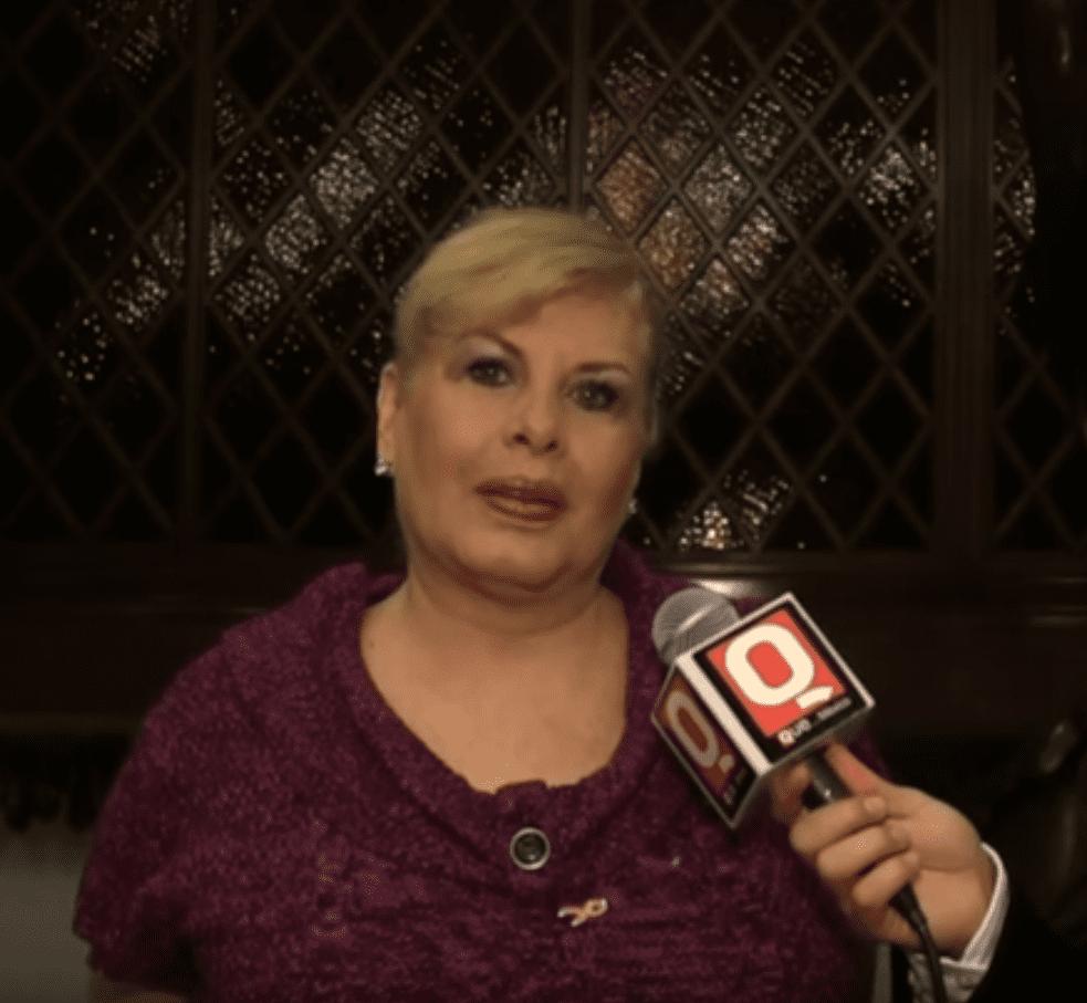 Claudia Islas, gran actriz y vedette de la época de oro del cine mexicano, en la entrega de los premios a las Mujeres Emprendedoras, 2013. | Imagen: YouTube/Revista Q México
