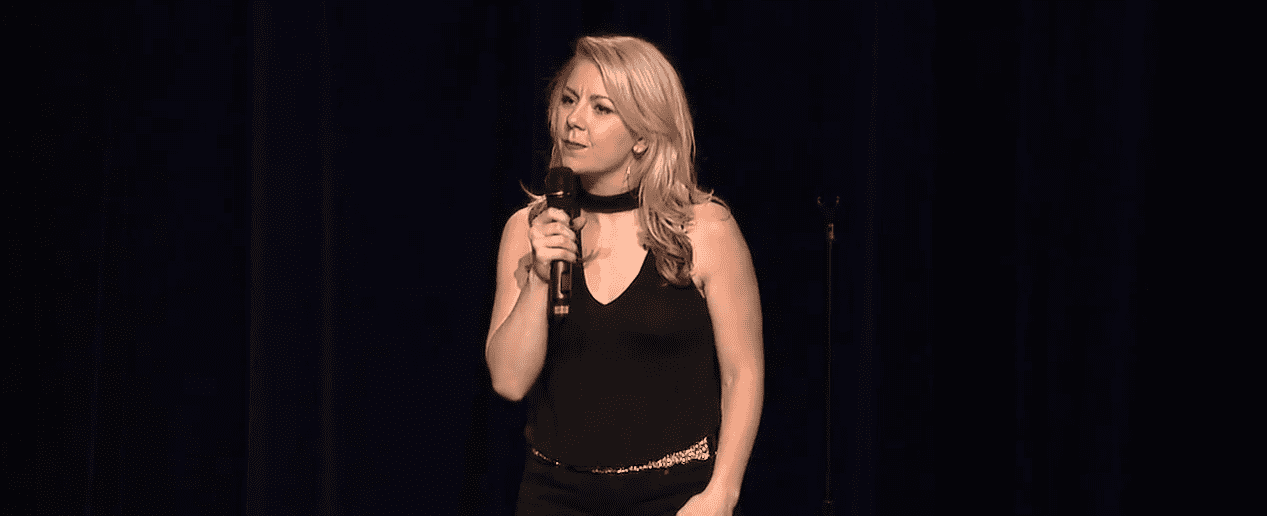 Lisa Curry performing as a stand up comedian   Photo: Youtube /The Mystery Hour
