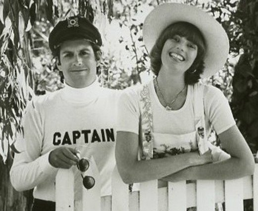 Captain & Tennille from their short-lived television show, 1976. | Photo: Wikimedia Commons Images