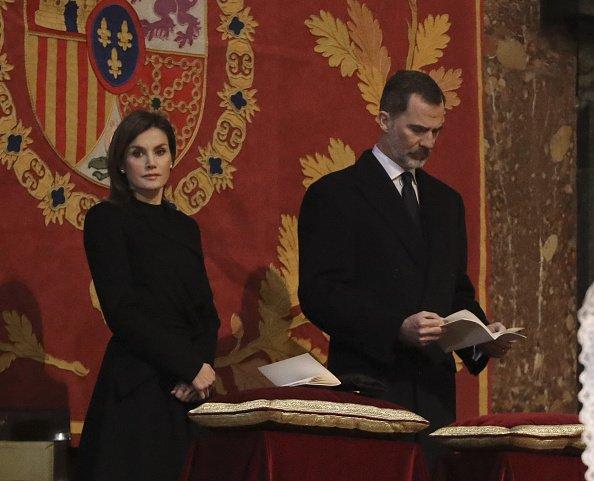 El rey Felipe de España y la reina Letizia de España asisten a una misa con motivo del 25 aniversario de la muerte de Conde de Barcelona, padre del rey Juan Carlos, en el monasterio de San Lorenzo del Escorial el 3 de abril de 2018 en El Escorial, España. | Fuente: Getty Images