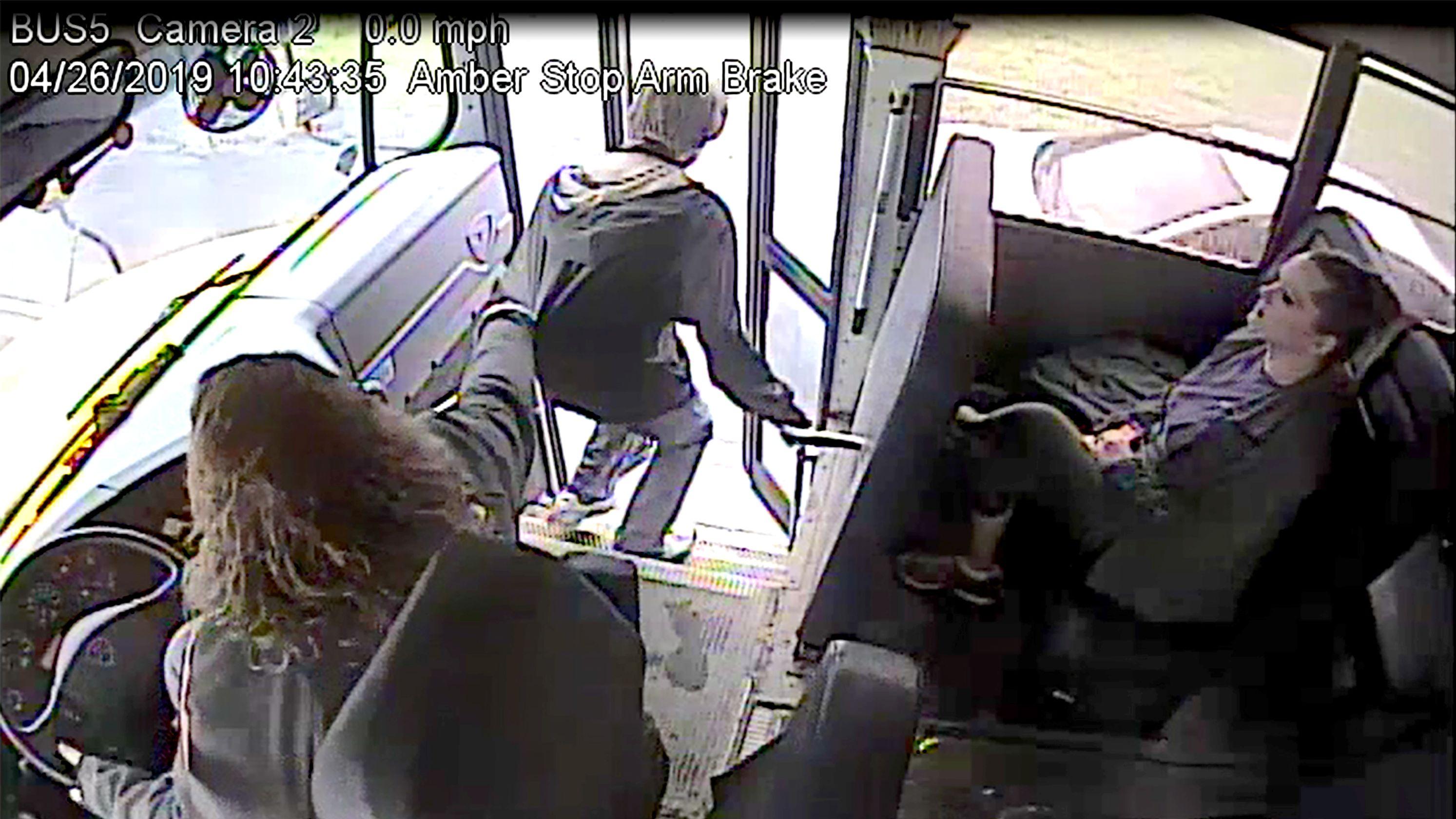Samantha Call attrapant l'adolescent par le pull | Source : Youtube/blahblah