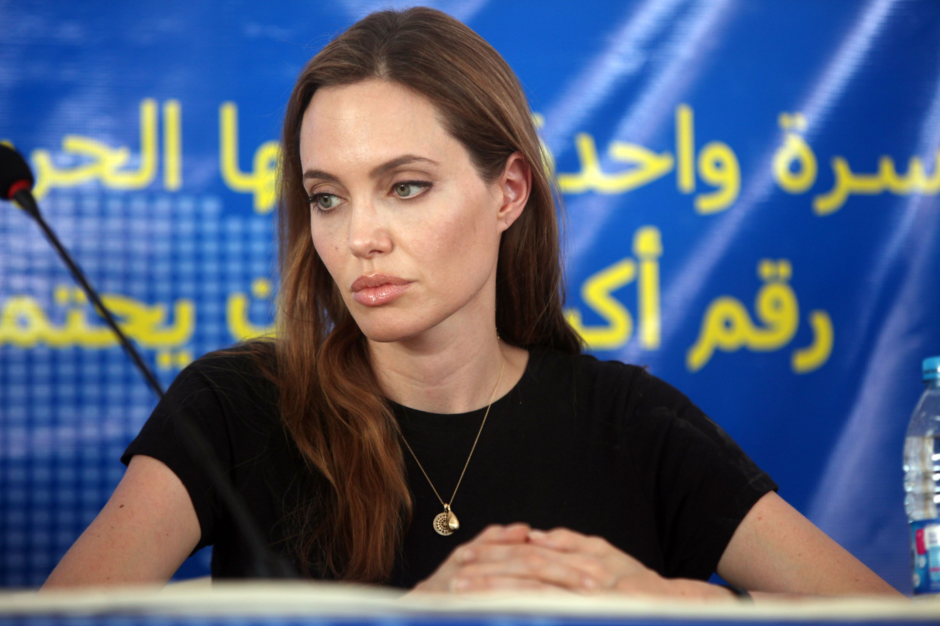 Angelina Jolie at a press conference to mark the World Refugee Day in Al-Zaatari Refugee Camp on June 20, 2013. | Photo: Getty Images