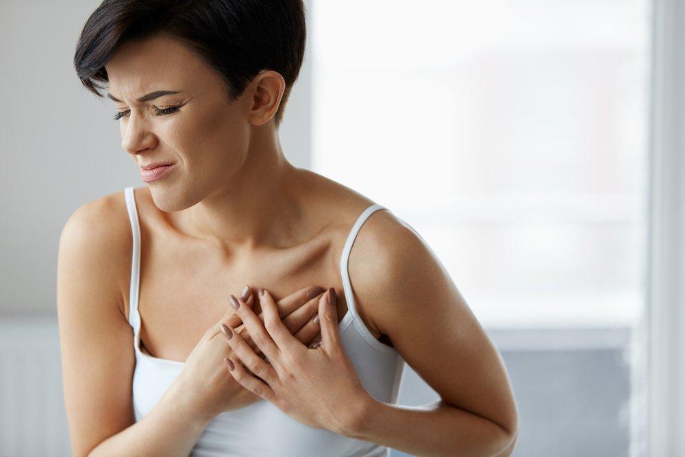 Mujer sufriendo un ataque al corazón | Imagen tomada de Shutterstock