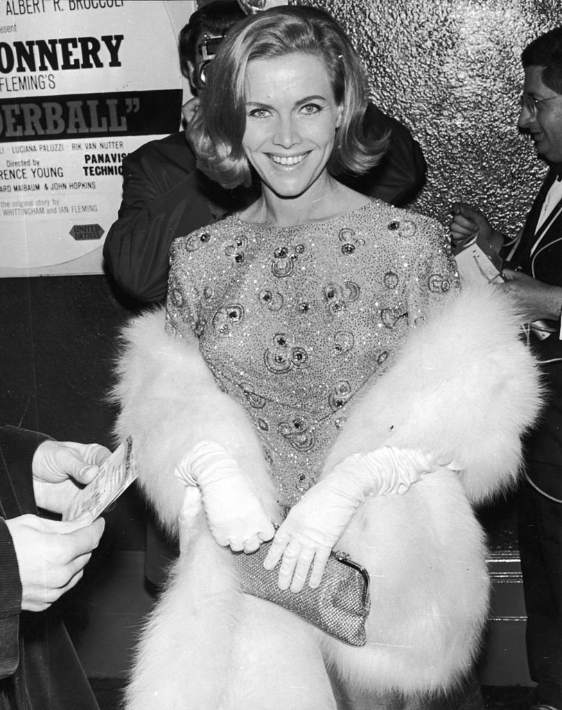 Honor Blackman souriant à la première du film de James Bond 'Thunderball' à Londres. | Photo : Getty Images